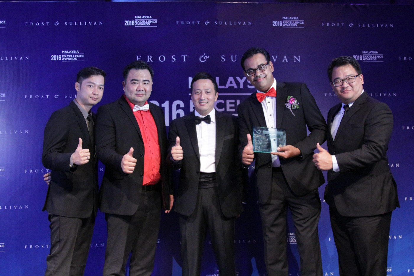 redONE ACHIEVES HAT-TRICK AS MVNO SERVICE PROVIDER OF THE YEAR - Low Han Ben (Head of Sales, redONE); Ben Teh (CSO, redONE); Hazmi Yusof (Managing Director, Frost & Sullivan); Ameen Abdullah (CEO, redONE); Tee Yew Yaw (COO, redONE)
